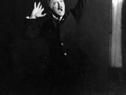 Adolf Hitler, en 1925, simulando un discurso.