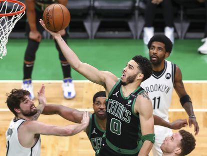 Tatum lanza por encima de Kleber y Blake Griffin en el Celtics-Nets.
