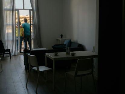 Pedro y Valeria, una joven pareja sin techo en el piso de Casa Caridad en València.