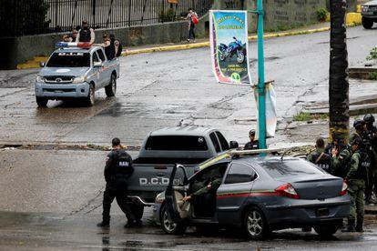 Miembros de las Fuerzas de Acción Especial patrullan el barrio Cota 905 durante los enfrentamientos armados con miembros de la banda criminal del Koki, en Caracas, el 9 de julio.