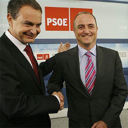 Zapatero estrecha la mano del candidato socialista a la alcaldía de Madrid.