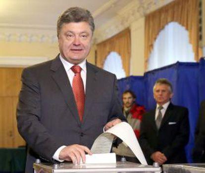 Poroshenko deposita su voto este domingo.
