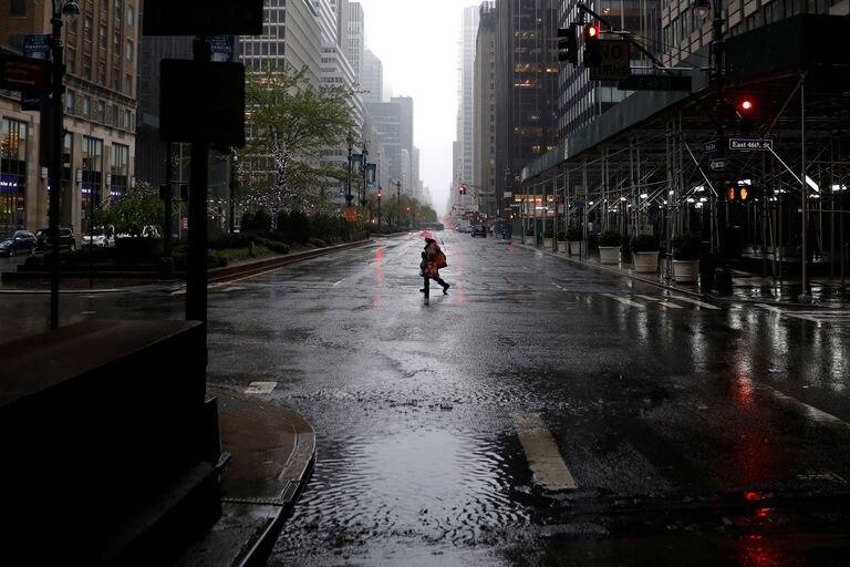 Un hombre camina por Manhattan