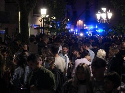 Centenares de personas siguen de fiesta en el Born mientras se acercan los vehículos policiales