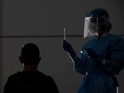 Un trabajador de la salud realiza una prueba de PCR en un paciente en el sitio de exhibición de Ficoba, donde se están llevando a cabo pruebas masivas de coronavirus el 03 de septiembre de 2020 en Irún, España.
