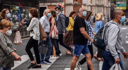 Un grupo de ciudadanos cruza una calle, la semana pasada en Bilbao.