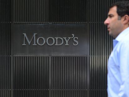 Logo de Moody's en la sede de la entidad en Nueva York.