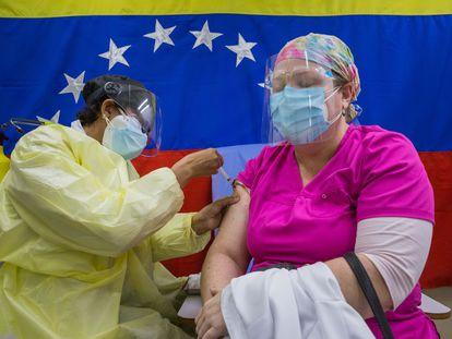 Personal sanitario vacuna en un hospital público de Caracas (Venezuela), en marzo.