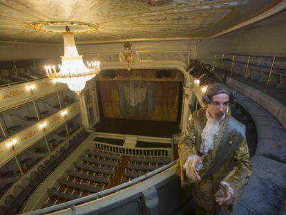 El actor Guillermo Llansó caracterizado como Carlos III realiza la visita teatralizada al Real Coliseo de Carlos III.