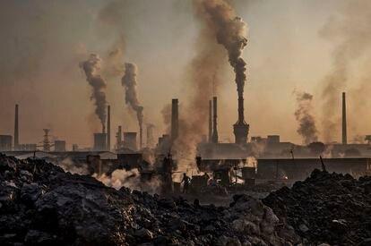 Columnas de humo de una fábrica de acero en Mongolia Interior (China).