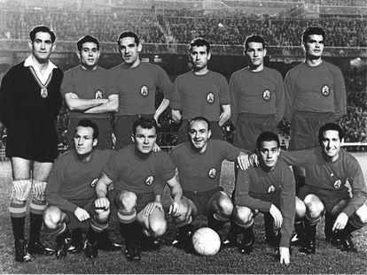 Alineación de España contra Polonia en el Bernabéu:Ramallets, Olivella, Garay, Gracia, Segarra y Gensana arriba. Tejada, Kubala, Di Stéfano, Suárez y Gento abajo.