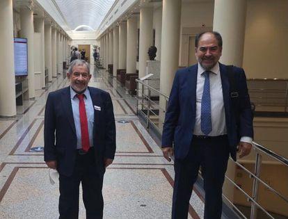 El presidente de la Comisión Islámica de España, Aiman Adlbi, con el senador socialista Baldomero Espinosa en el Senado el 26 de mayo de 2021.