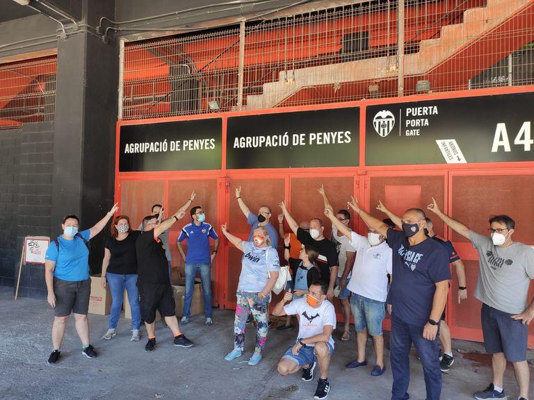 Miembros de l'Agrupació de Penyes del Valencia, a las puertas de su antiguo local en Mestalla.