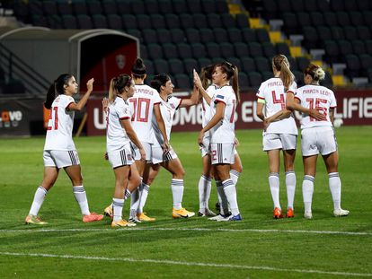 Las jugadoras de la selección española celebran uno de los goles marcados este sábado ante Moldavia en el estadio Zimbru de Chisináu.
