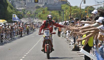 El piloto Eric Palante abandona la explanada del Obelisco de Buenos Aires en la salida simbólica del Rally que recorrerá Argentina y Chile.