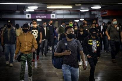 Usuarios de metro, en la estación Pantitán el 25 de Agosto de 2020.