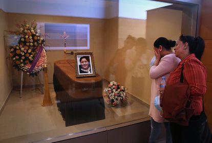 Las hermanas de Erika Mejía, fallecida a causa de coronavirus a los 37 años, llorando minutos antes de ser incinerada, el 18 de mayo.