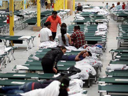 Una nave industrial de El Paso reconvertida en refugio para los migrantes centroamericanos por la ONG Annunciation House.
