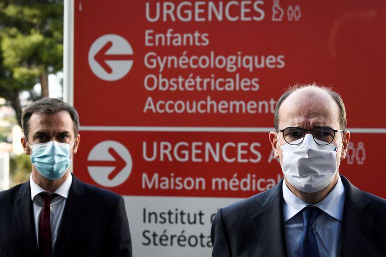 El ministro de Sanidad, Olivier Véran (i), y el primer ministro, Jean Castex, este fin de semana en un hospital de Marsella