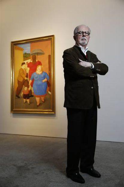 Fernando Botero, junto a su 'The Street' en la galería Marlborough de Madrid.
