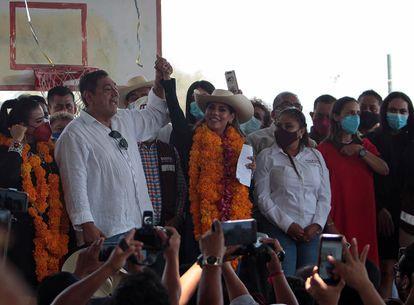 Félix Salgado levanta la mano de su hija Evelyn, candidata de Morena en Guerrero, en un mitin de campaña.