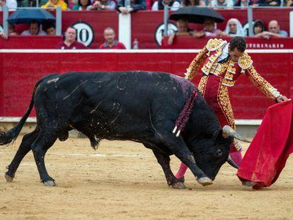 Pepe Moral torea al natural en la primera corrida de la Feria de Albacete.