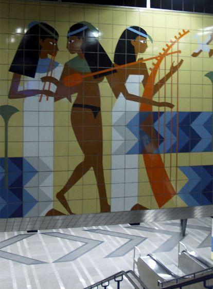 Un mosaico decorativo del metro de El Cairo reproduce una escena hallada en una tumba de Luxor en la que tres mujeres tocan instrumentos musicales. A partir de imágenes como estas, un grupo de expertos investiga cómo era la múscia del Antiguo Egipto.