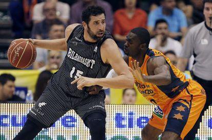 El alero del Valencia Basket, Romain Sato, trata de bloquear a Alex Mumbrú.