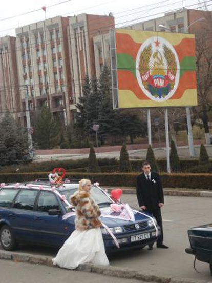 Una pareja de novios junto al escudo separatista de Transdniéster.