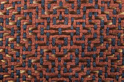 En Hechizoo emplean técnicas ancestrales para hilvanar y entretejer hilos de metales como cobre y plata con fibras naturales teñidas artesanalmente.