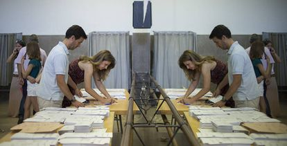 Una pareja vota en el colegio Las Calasancias de Sevilla.