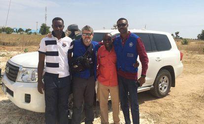 Pablo Yuste, segundo por la izquierda, en Nigeria.