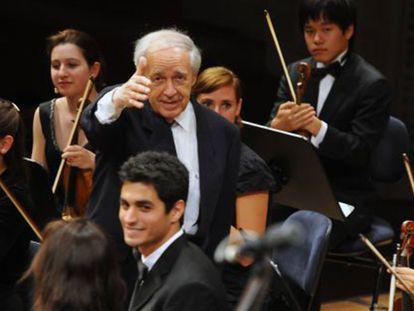 El director Pierre Boulez dirigiendo a la Orquesta de la Academia, en el Festival de Lucerna / Bild Peter Fischli