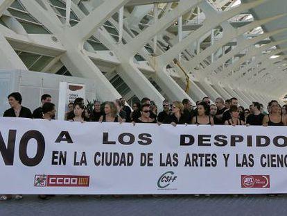 Concentración de los trabajadores en protesta por el expediente de empleo que pretende aplicar CACSA.
