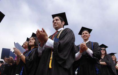 Estudiantes en un acto de graduación en California.