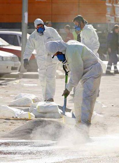 Labores de limpieza tras un accidente con ácido.