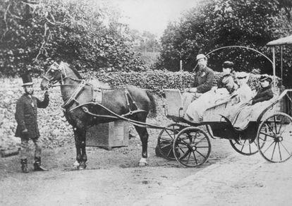 Charles Dickens con su mujer Catherine y dos de sus hijas sentados en un carruaje en 1850.