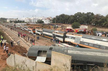 Vista general del tren de pasajeros que ha descarrilado este martes cerca de Rabat, en Marruecos.