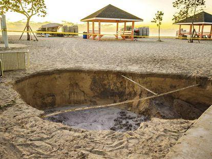 Daños causados en una playa de West Bay, en las islas Caimán, tras el seísmo.