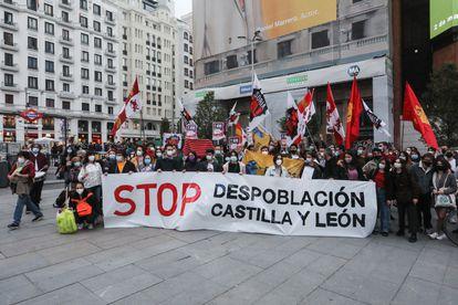 Concentración festiva en la plaza de Callao de Madrid para protestar contra la despoblación de Castilla y León.