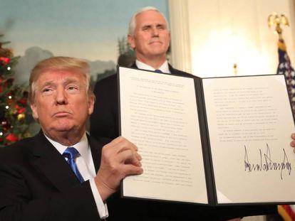 Donald Trump firma su proclamación con la que su país reconocerá a partir de ahora a Jerusalén como capital de Israel.