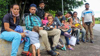 Migrantes venezolanos descansan, el pasado 30 de septiembre, en la ciudad de San Cristóbal antes de cruzar la frontera con Colombia.