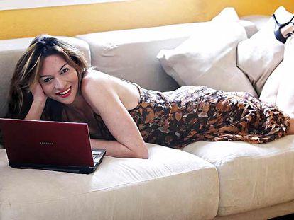 """Yolanda Álvarez. """"Unos treinta años"""". En 2000 creó su propia empresa de vídeos pornográficos <i>amateurs</i> que distribuye por Internet. Actriz, escritora en sus ratos libres, hace un año fundó una productora de cine X con la que graba una película. En la foto, en su casa de Palma de Mallorca."""