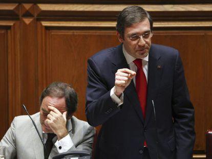 Pedro Passos Coelho (de pie), junto al ministro de Exteriores, Paulo Portas, en el  debate del Estado de la Nación.