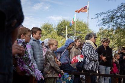 Un grupo de niños conmemora en Oronia el fin de la segunda guerra bóer, el pasado 31 de mayo.
