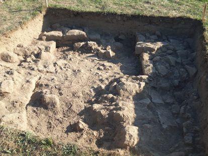 Restos arqueológicos hallados en la primera cata del yacimiento de Proendos, en la Ribeira Sacra.