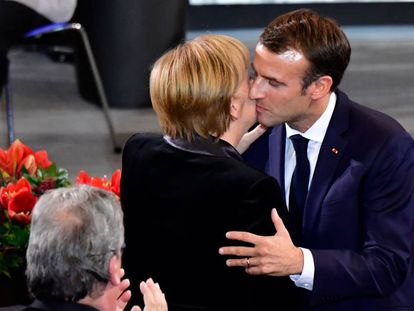 Macron besa a Merkel el pasado domingo en el Parlamento alemán.