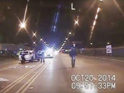 Laquan McDonald caminaba en 2014 por un barrio de Chicago cuando el agente Van Dyke le disparó 16 veces