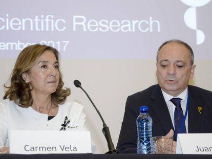 Carmen Vela, junto con Juan Lerma, director del Comité Científico de 100xCiencia, ayer.