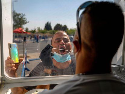 Un sanitario toma una muestra para una prueba de covid-19, el lunes en Jerusalén.